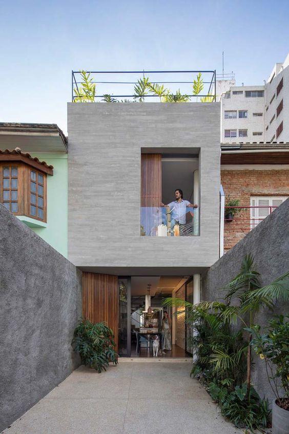 Casa angosta con combinación de piso y madera