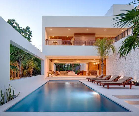 Casa con balcón con vista a la alberca