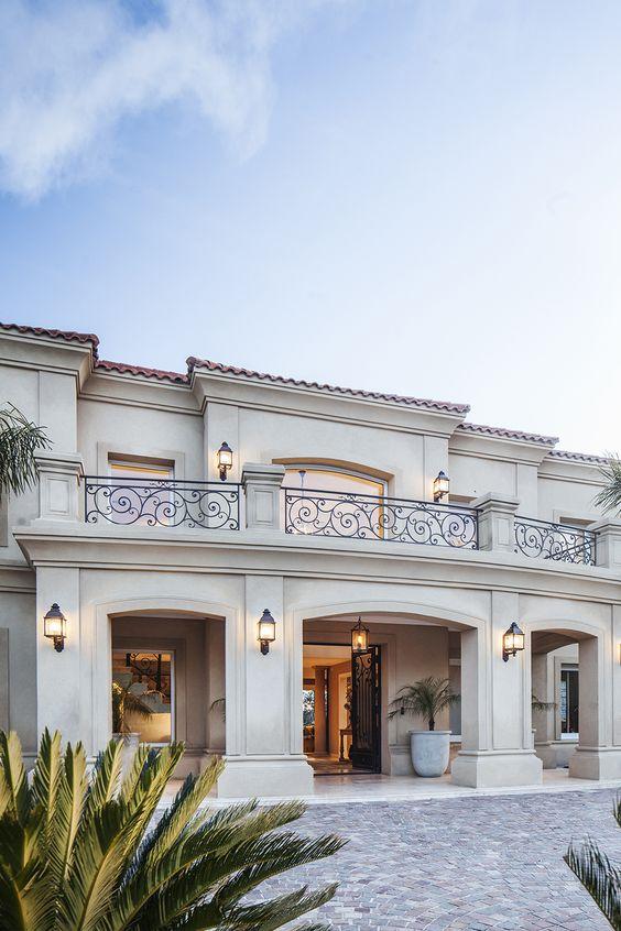 Casa con entrada elegante con arcos y herrería