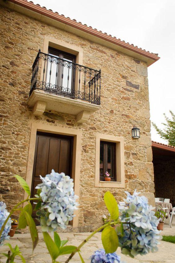 Casa con fachada colonial con piedra