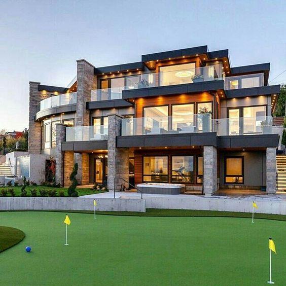 Casa con fachada elegante con combinación de materiales