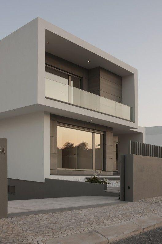 Casa con fachada minimalista en tonos neutros
