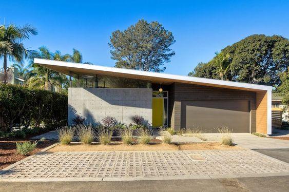 Casa con fachada moderna de techo inclinado