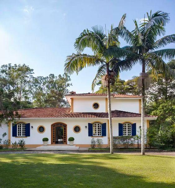 Casa de estilo colonial con teja