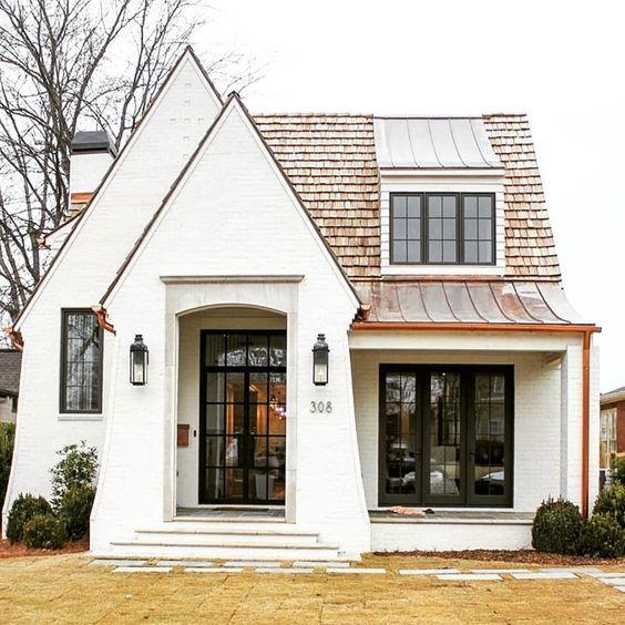 Casa pequeña con techos en punta