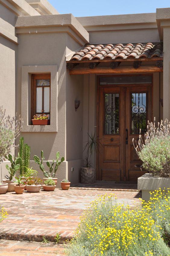 Casa pequeña rústica con madera y teja