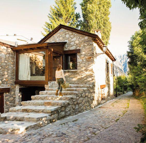 Casa rústica pequeña con material de piedra