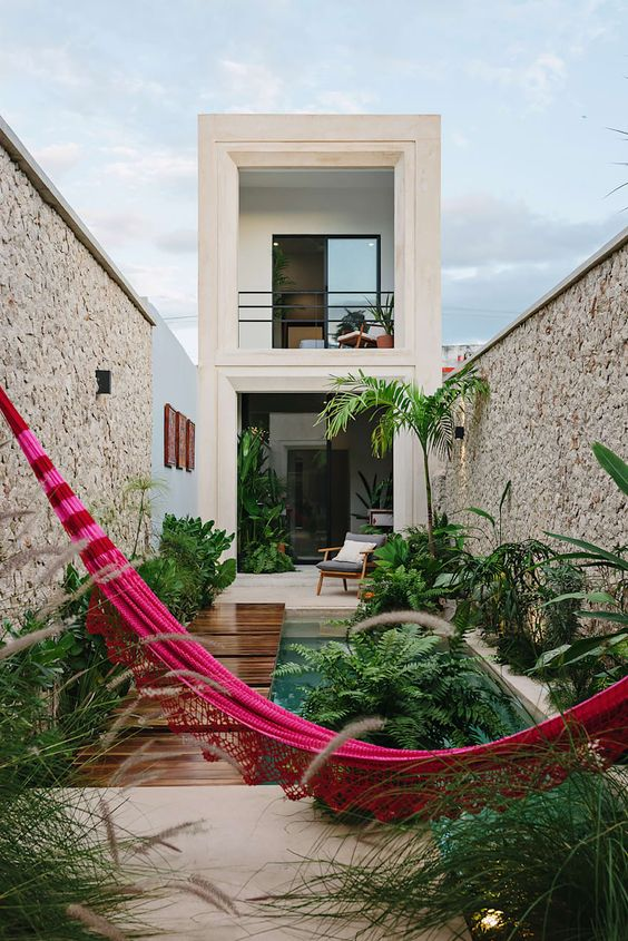 Casa sencilla de dos pisos pequeña