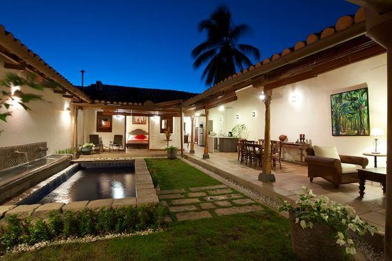 Casa tipo hacienda con jardín