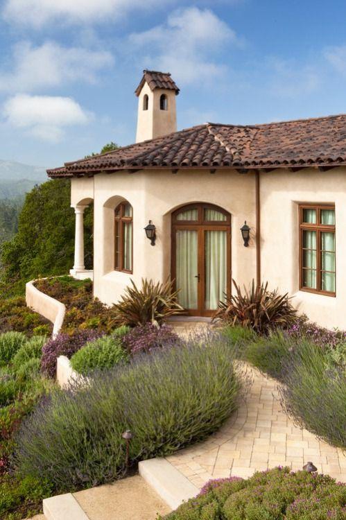 Combinación de fachada de casa con teja y madera