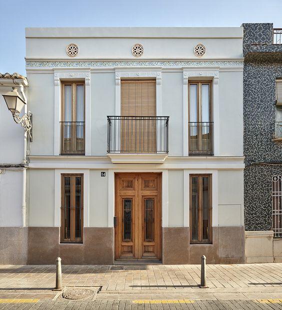 Fachada colonial de dos pisos
