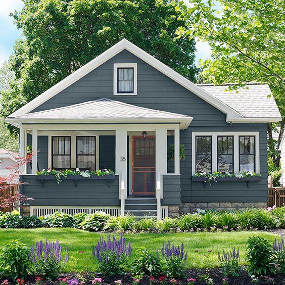 Fachada de casa americana sencilla con porche