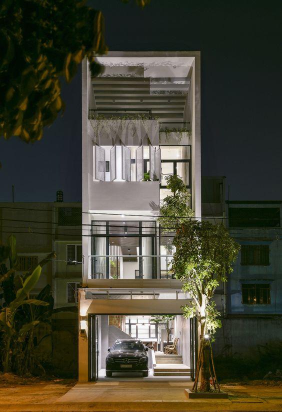 Fachada de casa angosta con 4 niveles