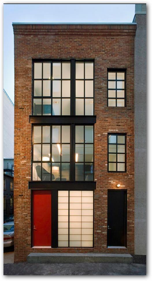Fachada de casa angosta estilo industrial