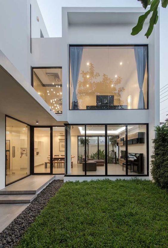 Fachada de casa con grandes ventanales minimalista