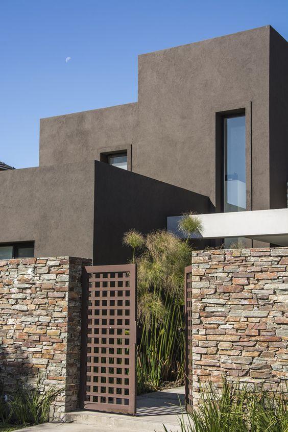 Fachada de casa con piedra elegante