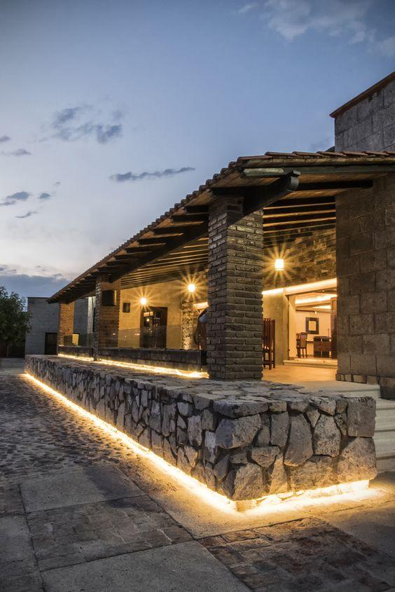 Fachada de casa con piedra en barda