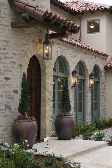 Fachada de casa con piedra y teja