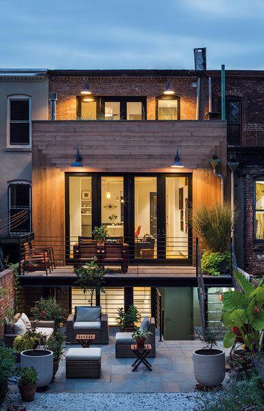 Fachada de casa con terraza al nivel del piso