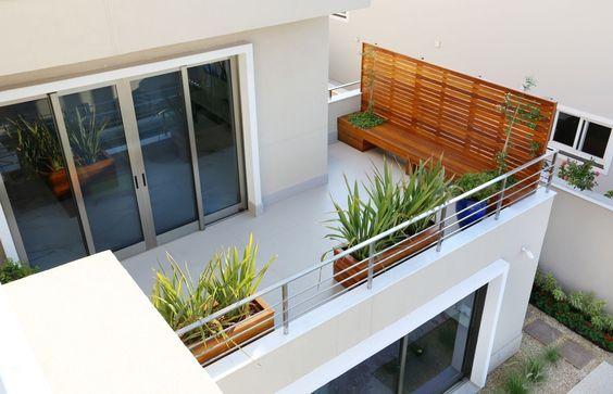 Fachada de casa con terraza minimalista