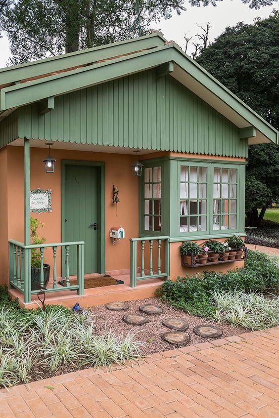 Fachada de casa de madera de dos colores