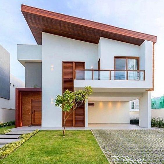 Fachada de casa minimalista con balcón