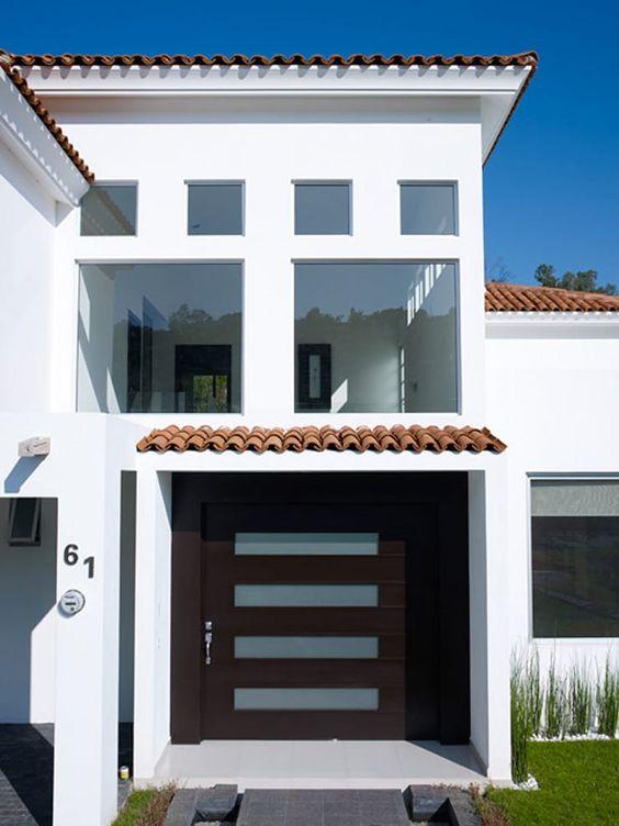 Fachada de casa moderna con teja