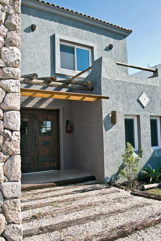 Fachada de casa rústica moderna con materiales naturales