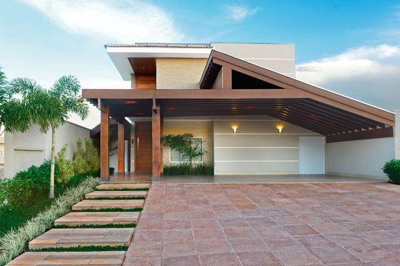 Fachada de casa rústica moderna con tejaban