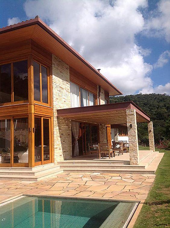 Fachada de casa rústica moderna con madera