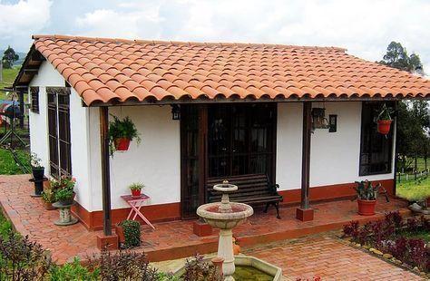 Fachada de casa rústica pequeña con fuente