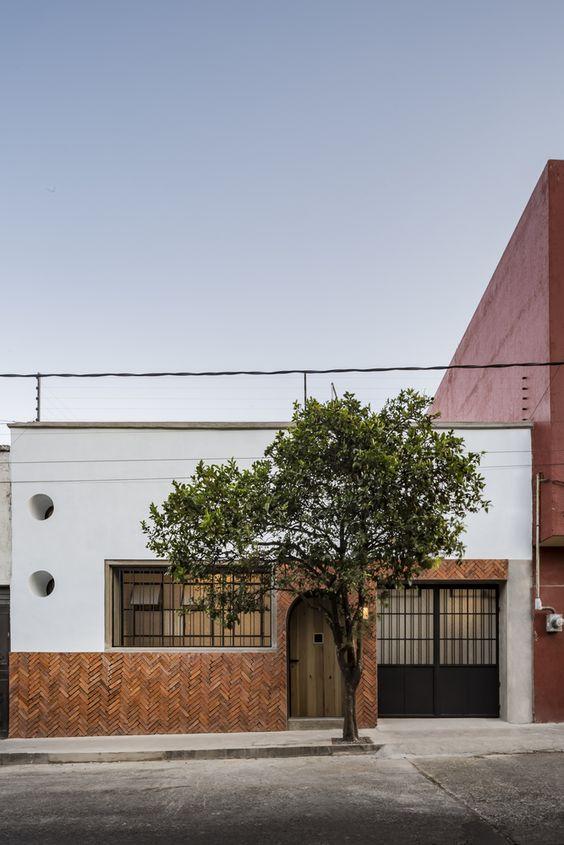 Fachada de casa sencilla con ladrillos