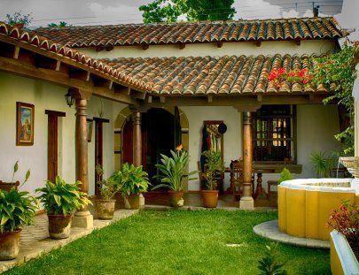 Fachada de casa tipo hacienda con fuente