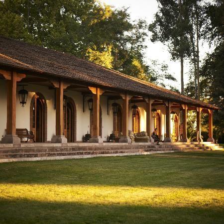 Fachada de casa tipo hacienda con teja y madera