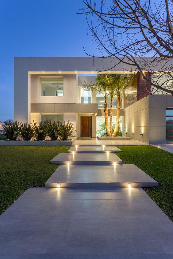Fachada minimalista y moderna de casa residencial