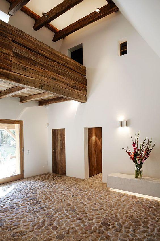 Fachadas de casa con piso de piedra