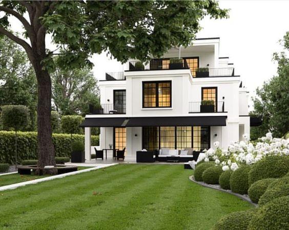 Jardín frontal grande para fachada de casa residencial