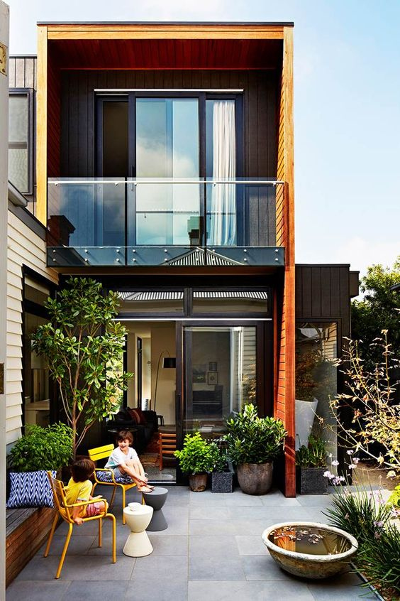 Fachada de casa moderna pequeña de dos pisos