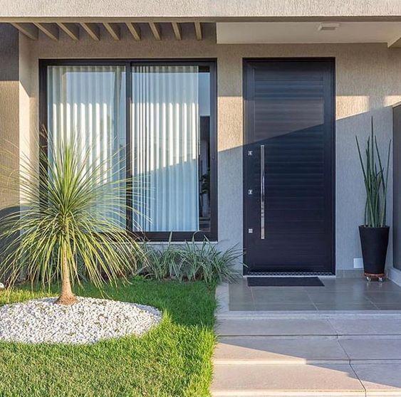 Casa con fachada sencilla en color beige