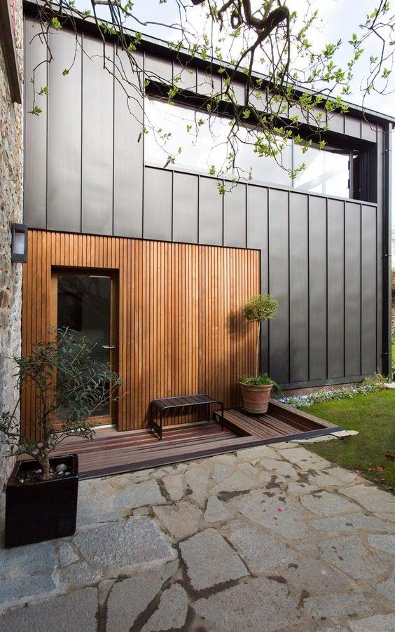 Casa cuadrada moderna con madera y metal