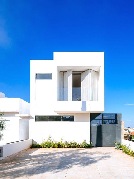 Color blanco para fachada sencilla de casa minimalista