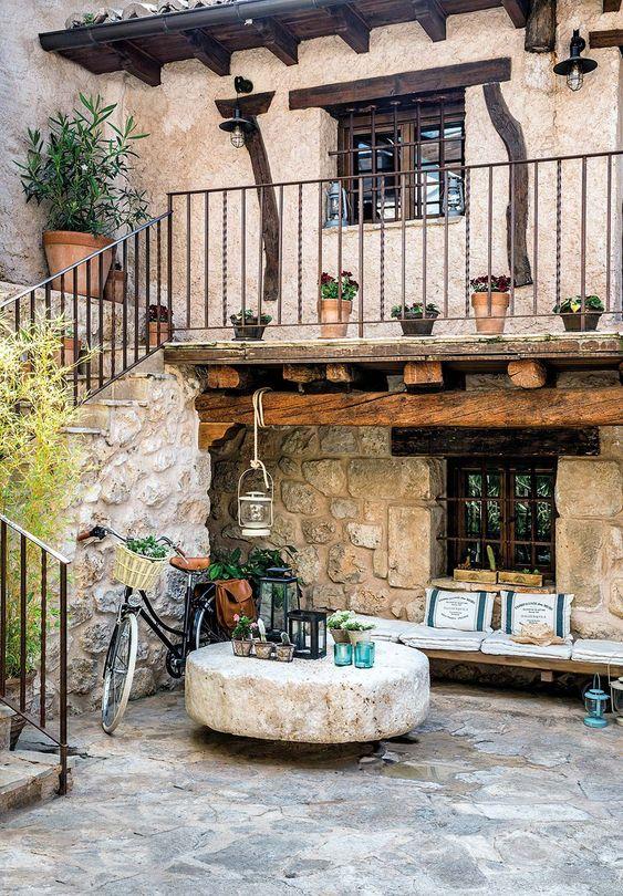 Estilo de casa rústico con pared de piedra