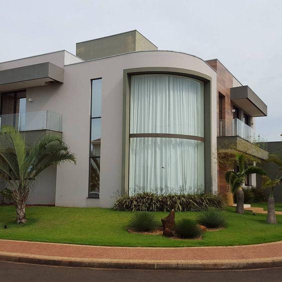 Fachada de casa en esquina con ventanales