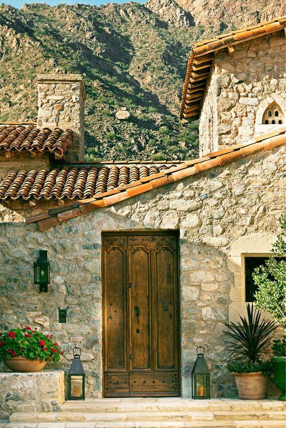 Fachada de casa rústica de piedra y teja
