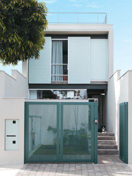 Fachada de casa sencilla con portón azul