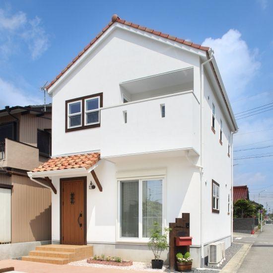 Fachada de casa sencilla con tejas
