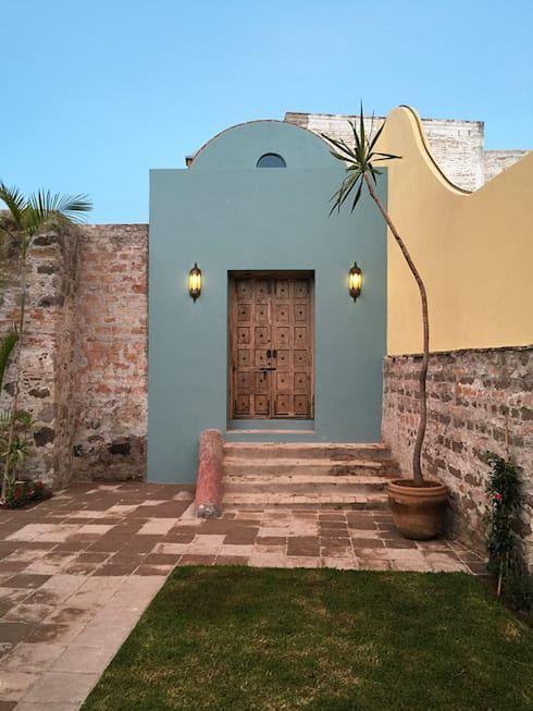 Pared de piedra y puerta de madera para fachada rústica