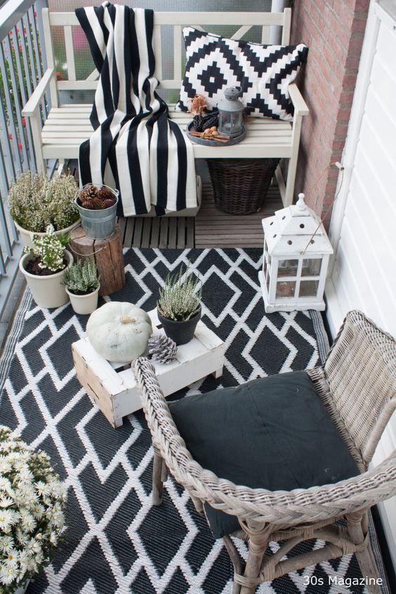 Muebles para balcones decorados en tonos blanco y negro