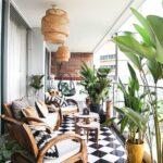 Diseño de pisos en tonos blanco y negro para balcones