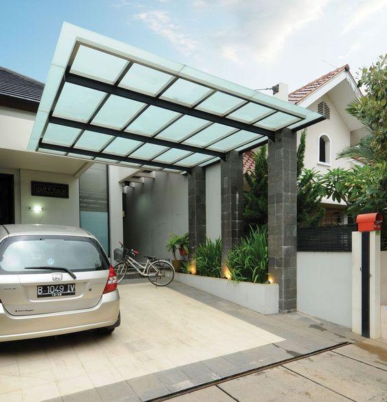 Diferentes casas pequeñas con cocheras abiertas